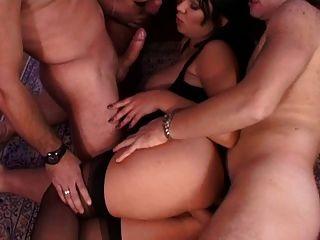 तीन लड़के और एक लड़की जंगली हो