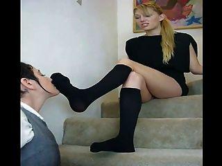 गंध और सीढ़ियों पर उसे सेक्सी काले kneesocks चाटना