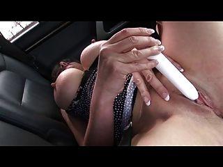 उसे कार में एक वीआईपी संभोग सुख मिलता है