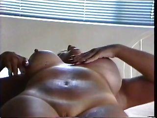 टैटू ब्रेस्टेड लैक्टेटिंग मोटी मिठाई उसके सूजन स्तन से दूध निचोड़ कर देती है