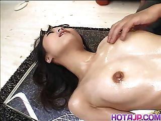 गर्म तंग उसकी तंग vag पर खिलौने के साथ खेलता है