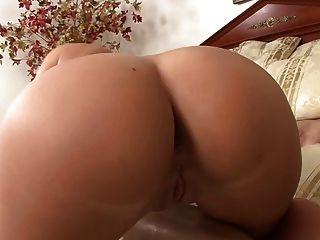 बड़े उल्लू गोरा उसके स्तन पर एक लोड हो जाता है
