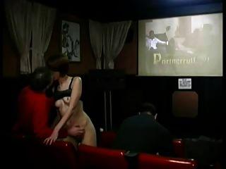 रेड इंडियन फूहड़ अश्लील थिएटर में जंगली हो जाता है