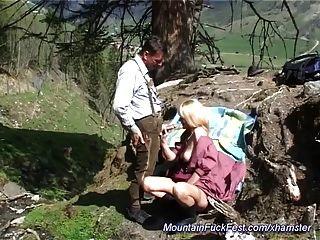 माँ पहाड़ों में गुदा मैथुन प्यार करता है