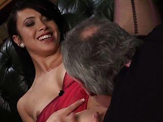 हन्ना शॉ और अलायह एक एमएमएफएफ दृश्य में