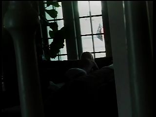 खूबसूरत लेस्बियन बीबस घर से यार्ड में सेक्सी बोबियां छूता है