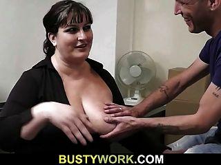 साक्षात्कार Busty लड़की के साथ सेक्स की ओर जाता है