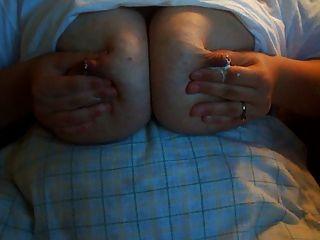 बीबीडब्ल्यू उसके स्तन दुहना ..