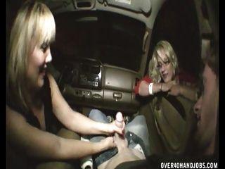 कार में हाथ का काम