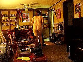पत्नी नग्न वैक्यूमिंग