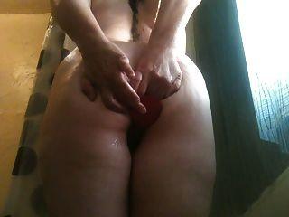 शॉवर में शरारती पत्नी गुदा dildo खेलने