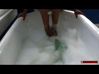 आबनूस femdom देवी बुलबुला स्नान पैर की पूजा