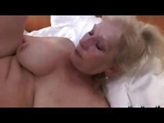 एक महान titts r20 के साथ गोरा दादी