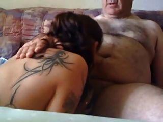 एक बूढ़ा आदमी चूसने युवा लड़की