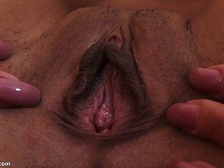 बड़े dildo उसे बिल्ली खींच संभोग करने के लिए