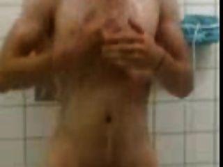 सहकर्मी शॉवर में नग्न पकड़े गए