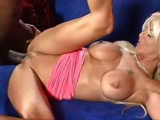 सुनहरे बालों वाली लड़की बेब बीबीसी द्वारा गड़बड़ है