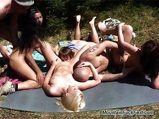 सींग का बना लड़कियां चूसने के साथ समूह पर्वत बकवास कार्रवाई सेक्स