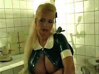 टीना देवदूत एक बुत नर्स के रूप में