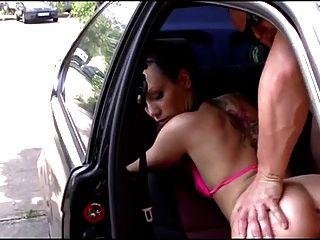 बालों वाली जर्मन लड़की कार में गड़बड़