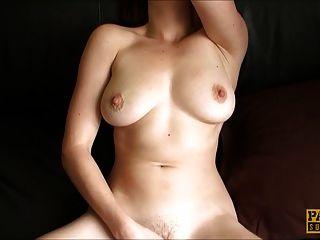 सामन्था बेंटले अपनी उंगलियों के साथ उसकी योनी पंप