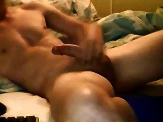 गर्म आदमी झटके बंद और उसके पेट पर cums
