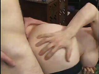 बड़े boobed milf एक युवा संवर्धन fucks