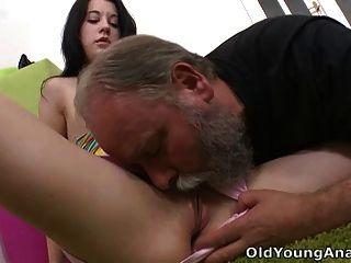 ओल्गा उसके ऊपर उसके बूढ़े आदमी से नीचे फिसल गया है और वह licks