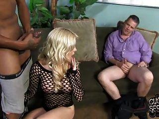 व्यभिचारी पति बीबीसी से अपनी पत्नी को खुश कर देता है