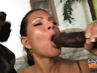 बेटी के सामने दो अश्वेतों द्वारा गड़बड़ परिपक्व Busty माँ
