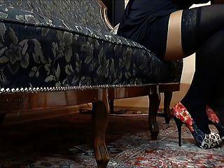 काले नायलॉन और लाल जूते