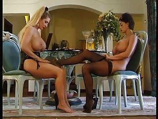 सेक्सी नीचे पहनने के कपड़ा में एक दूसरे को ड्रेसिंग busty छेदा milfs