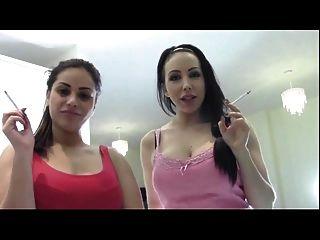 दो सर्वोच्च सेक्सी देवी धुआं और अपमानित