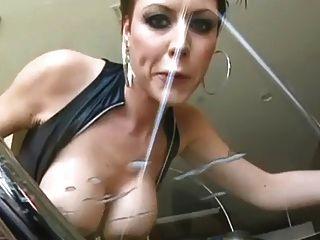 गर्म busty milf licks ग्लास मेज से अपने विशाल भार!