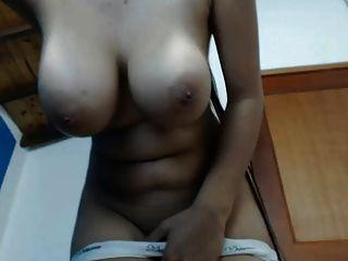 बड़े स्तन और लंबे बाल सभी प्राकृतिक के साथ आकर्षक