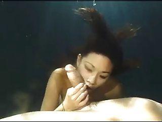 एशियाई सौंदर्य पानी के नीचे blowjob