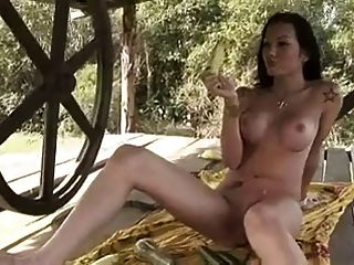 tgirl आकर्षक फल का उपयोग खुद को बकवास करने के लिए