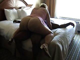 बीबीडब्ल्यू परिपक्व बिस्तर पर एक मुर्गा सवारी