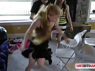 सात लड़कियों और तीन लड़कों के साथ संगीत की कुर्सियां पट्टी