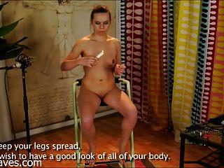 खूबसूरत रूसी लड़की अपने गुरु को पेश करती है और दंडित हो जाता है
