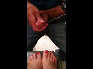 मिस मिट्टोविच ने मेरे नारंगी रंग की पैर की उंगलियों पर पति सह दे दिया