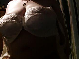 तुम्हारे लिए उसके स्तन के साथ खेल रहा है