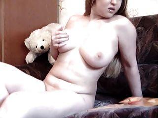 कामुक फैटी लड़की उसे बिल्ली के साथ खेलता है