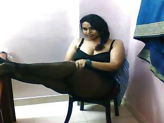 Busty भारतीय लिली उसके स्तन का पर्दाफाश, कैम पर सेक्सी गधा