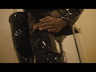 काले पीवीसी catsuit