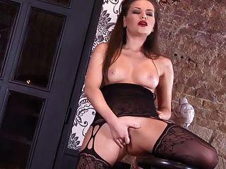 बॉडीस्टॉकिंग्स में हस्तमैथुन करने वाली एक संपूर्ण शरीर वाली लड़की