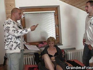सेक्स खिलौने और शरारती दादी के लिए दो लंड