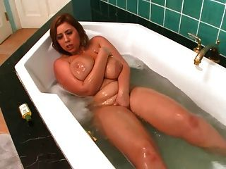 माँ स्नान में खुद के साथ खेलता है