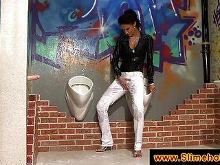 उसके सफेद पैंट सह द्वारा दाग रहे हैं