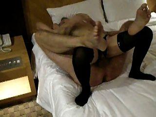 एक अन्य प्रवासी अपने होटल के कमरे में एक स्थानीय लड़की को कमबख्त